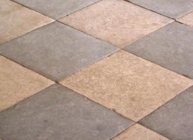 Carrelage patchwork en pierre calcaire et marbre chez for Carrelage en pierre calcaire